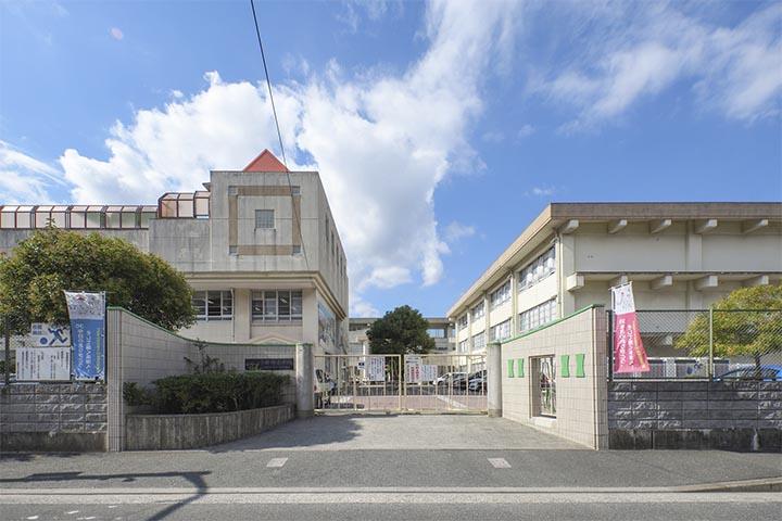 小田部小学校まで700m 小学生のお子様方が地域の方々に見守られながら安心して通学される風景をよく見ます。